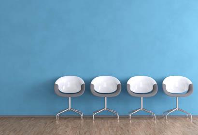Sessel vor blauer Wand wie im Wartezimmer